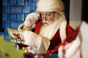 Дед Мороз читает письмо